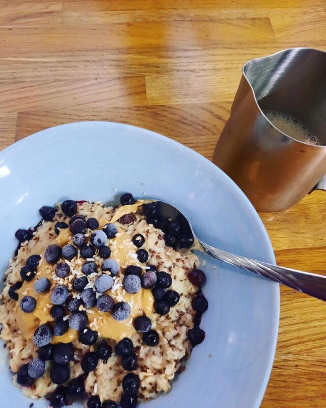 Gröt!! Nu har vi gröt med blåbär och jordnötssmör i kaféet! 😋 Sjukt bra pre-climb! #gröt #karbinklätterhall #blåbär #kafe #climbing #jordnötssmör